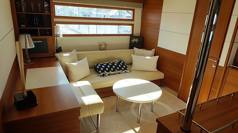 Seabiscuit yacht lounge area