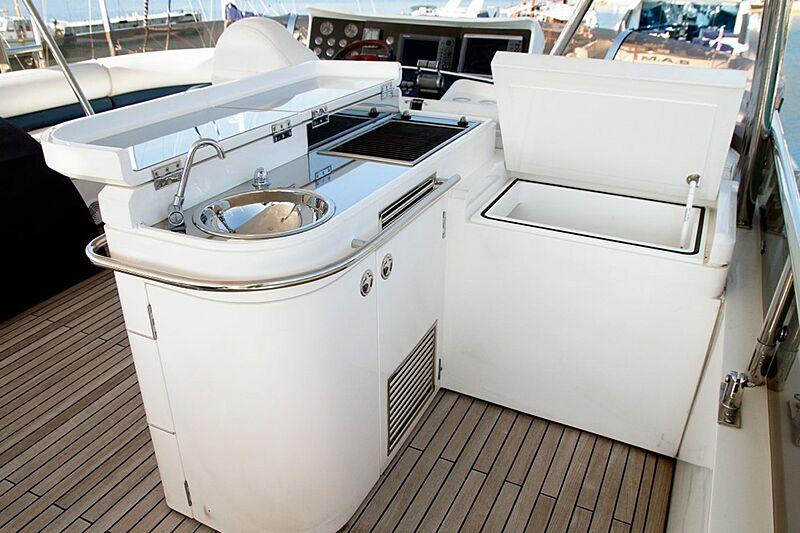 Eris yacht flybridge