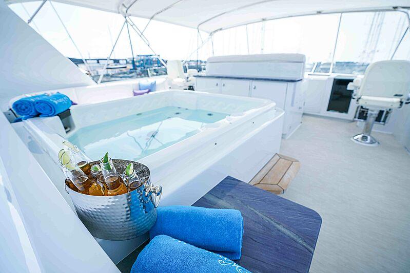 Wonderland yacht jacuzzi
