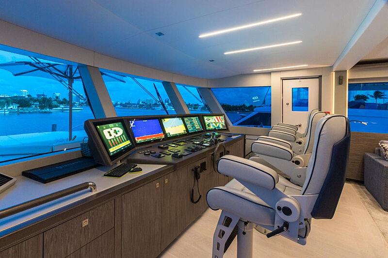 G-G yacht wheelhouse