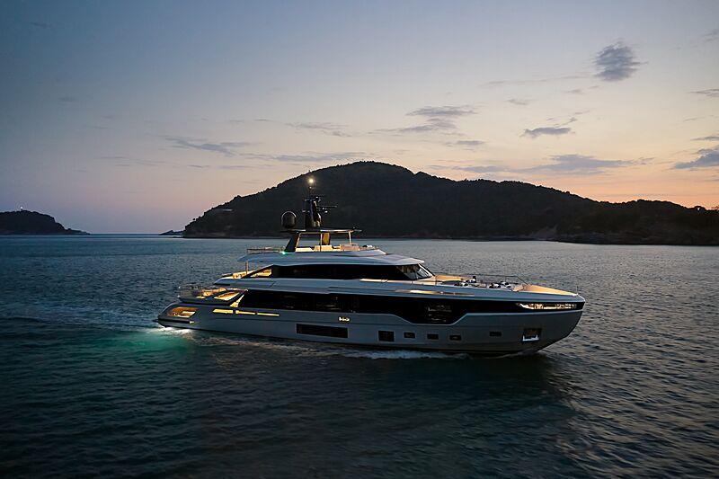 Azimut Grande 38 Trideck yacht cruising