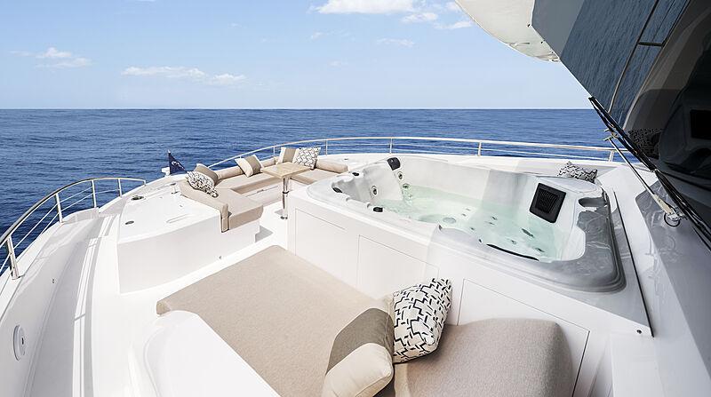 Horizon FD87/18 yacht sun deck