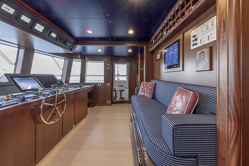 Crowbridge yacht wheelhouse