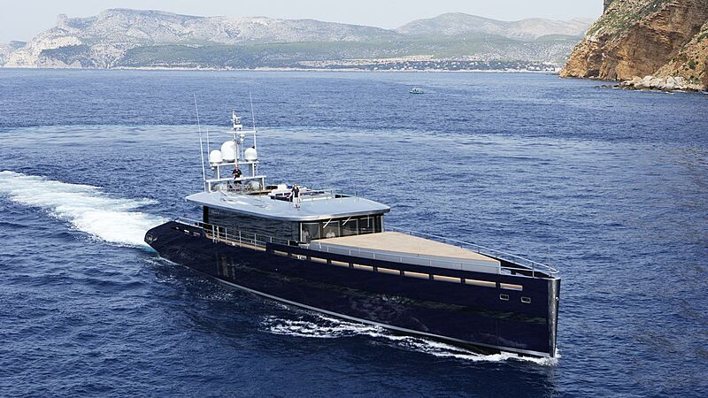 Blade yacht cruising