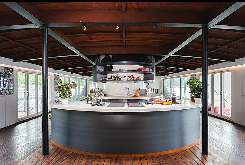 Dot yacht bar