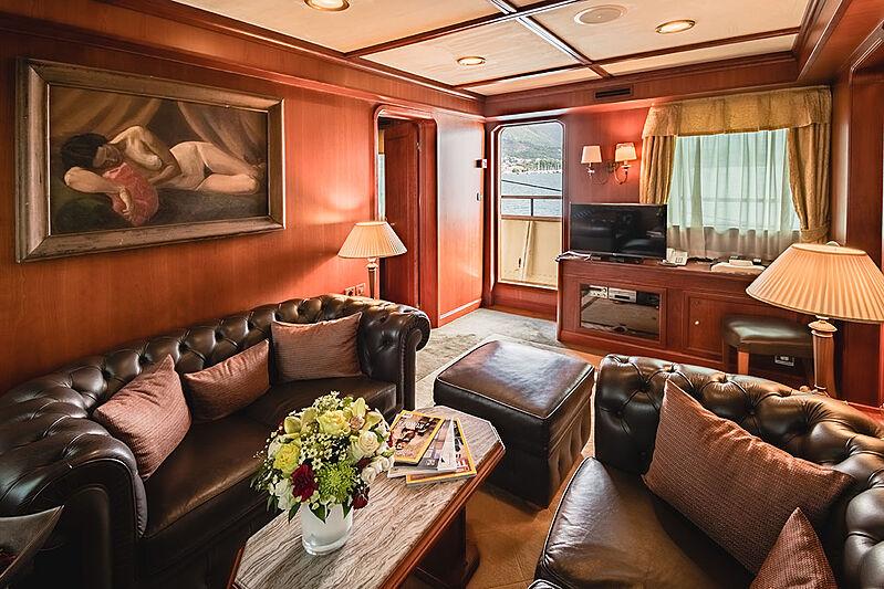 Seagull II yacht saloon
