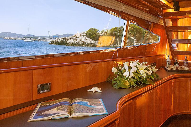 Jurik yacht saloon