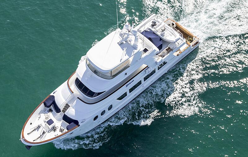 Berada yacht running