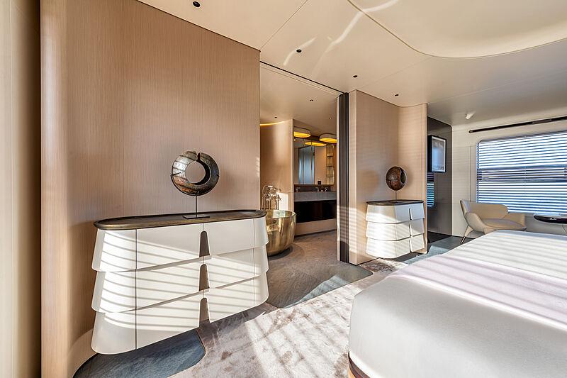 Azimut Grande Trideck yacht Shabby owner's suite