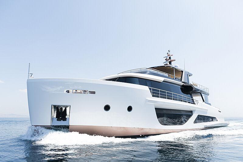Alpha Spritz 102 yacht cruising