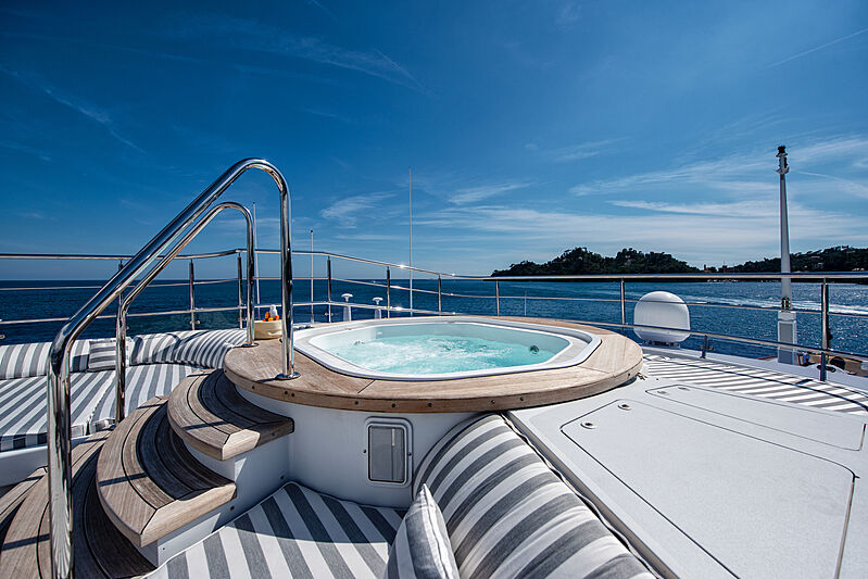 Sokar yacht jacuzzi