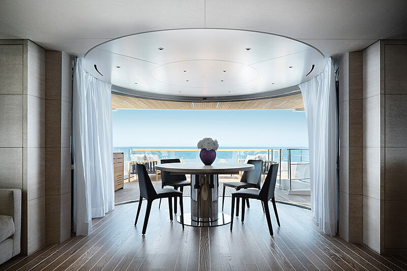 Au yacht dining