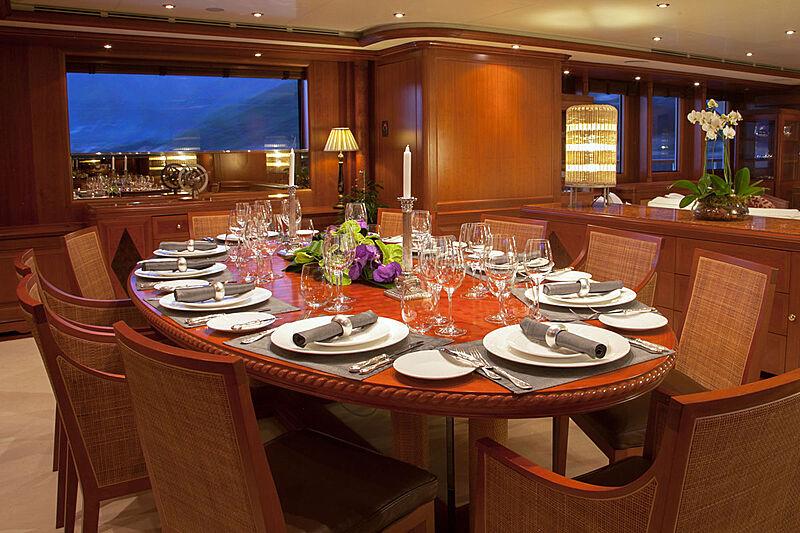 Jo I yacht dining