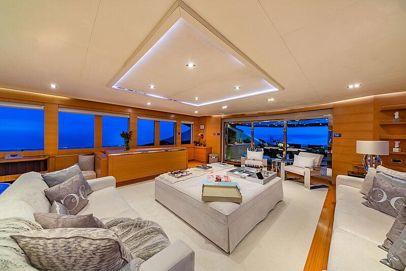 DB9 yacht saloon