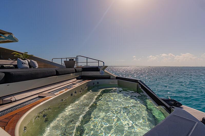 DB9 yacht jacuzzi