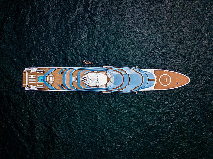 Kaos yacht anchored in Capri