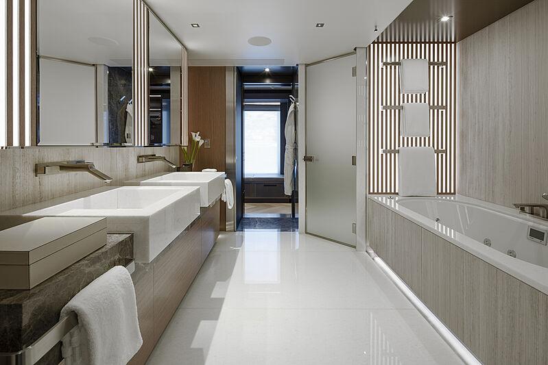 Moskito yacht bathroom