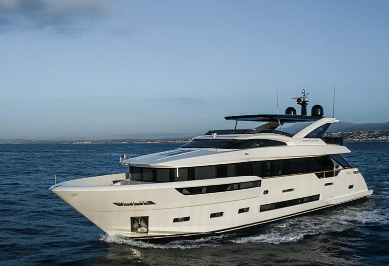 7 Seconds yacht cruising