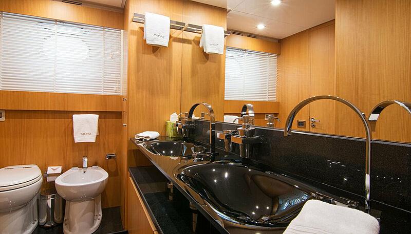Habano yacht bathroom