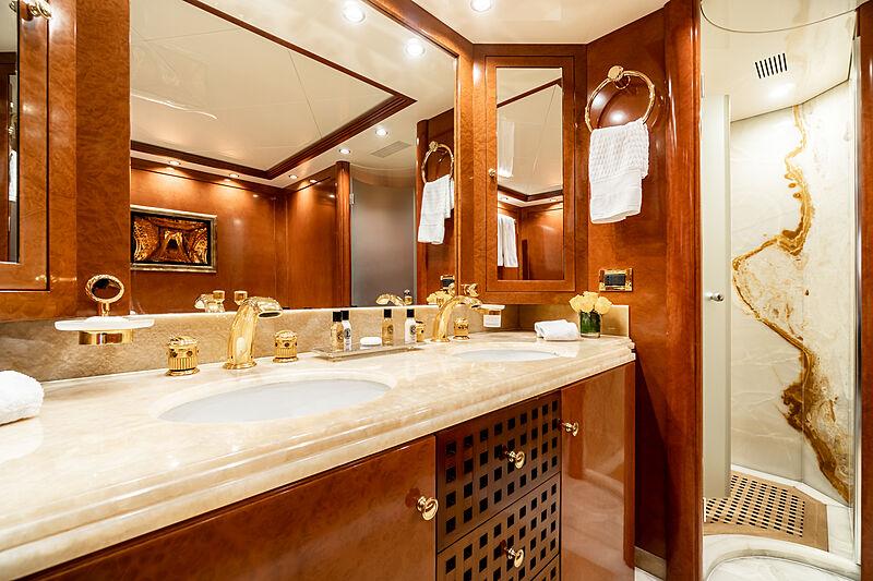 O'Ceanos yacht bathroom