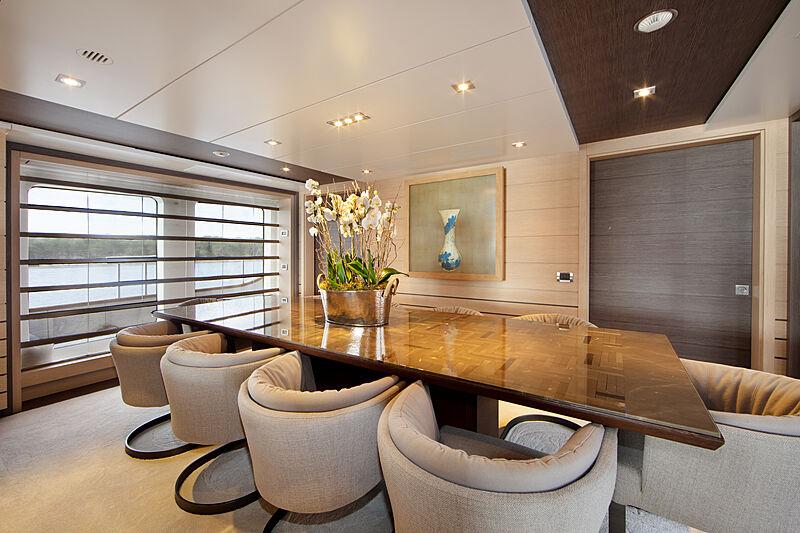 Dyna R yacht dining