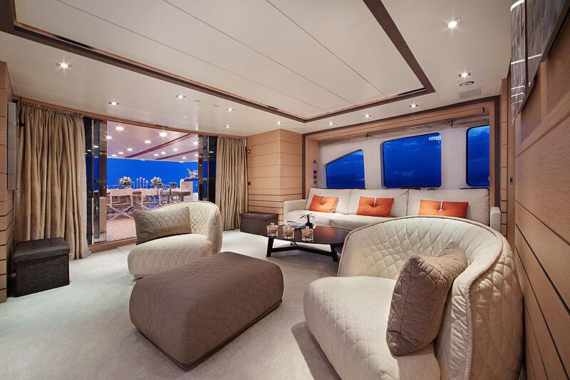 Dyna R yacht upper saloon