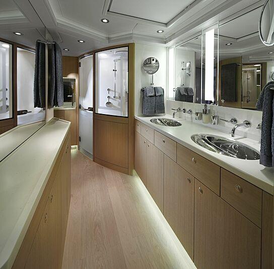 Imagine D yacht bathroom