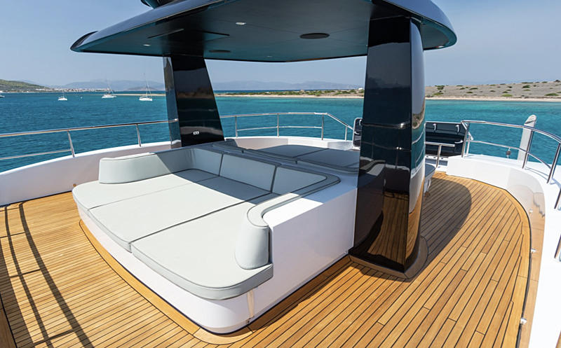 Leonidas yacht sun deck