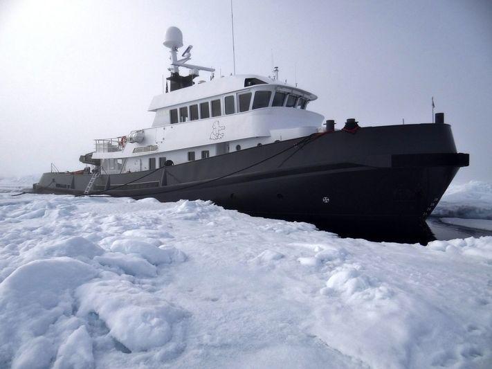 Explorer yacht Lars amongst icebergs