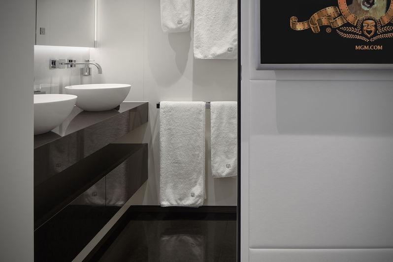 Heesen 50M Home twins bathroom