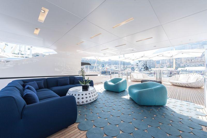 Entourage aft deck seating