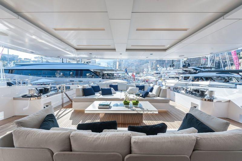 Entourage aft deck seating area