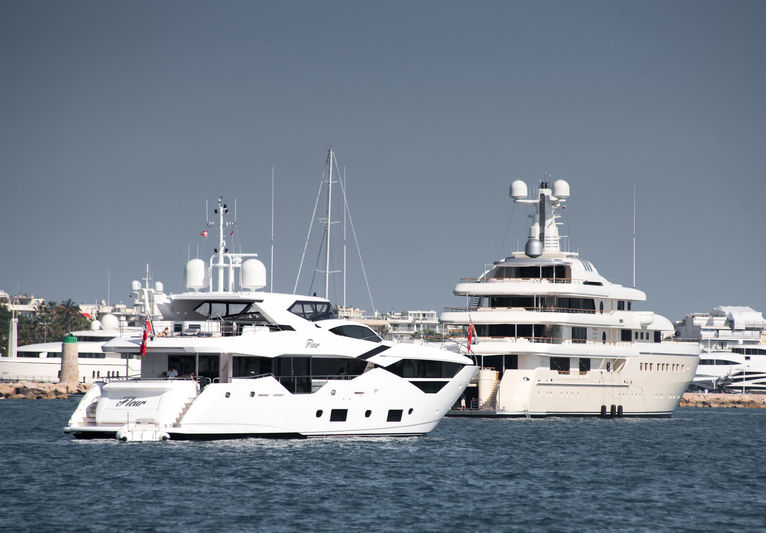 Fleur and Kibo anchored off Cannes