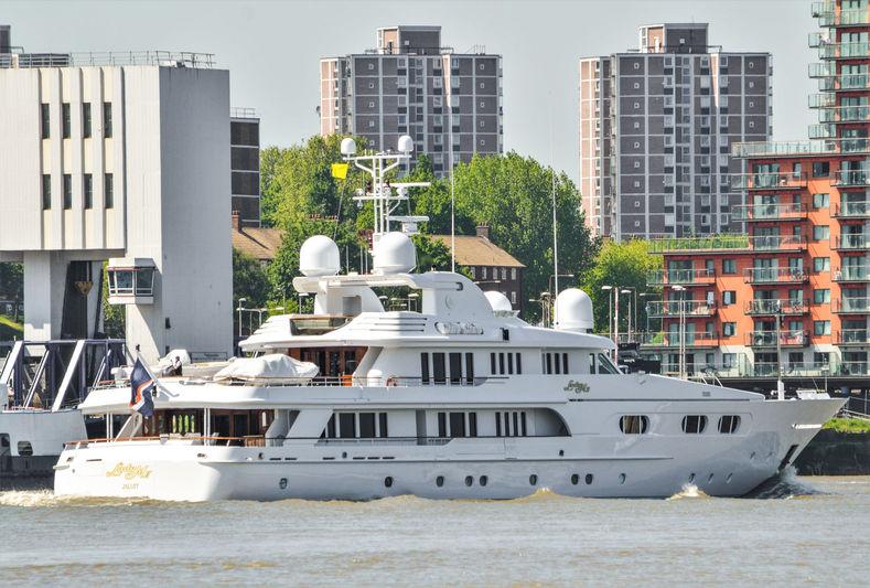 Lady M II arriving in London