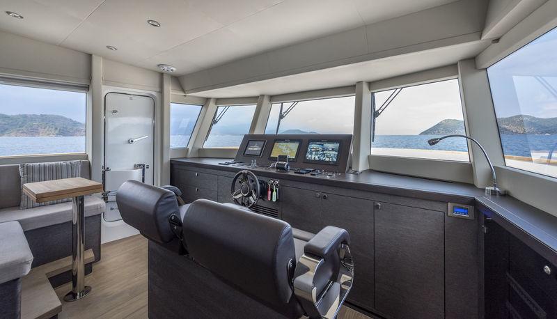 Numarine 26XP/02 wheelhouse