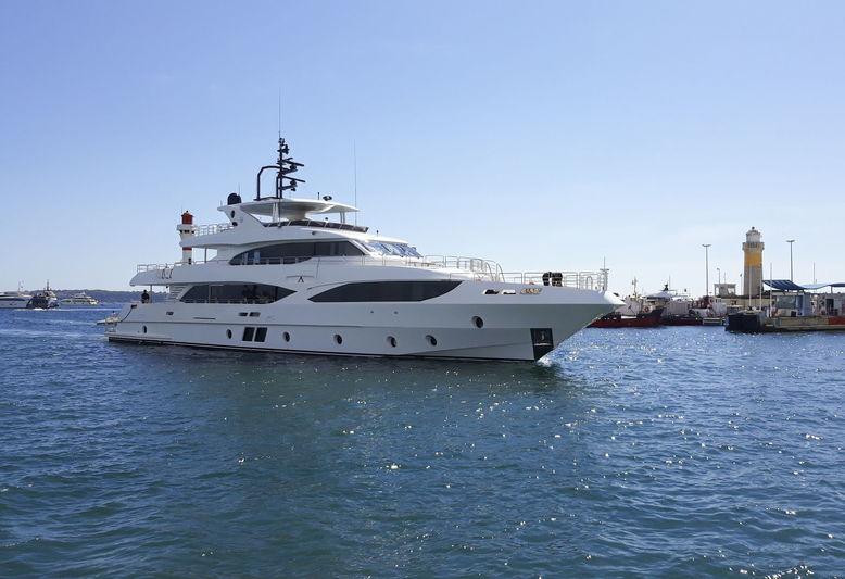 Majesty 125 Altavita arriving in Cannes