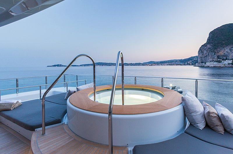 Icon Yacht - jacuzzi