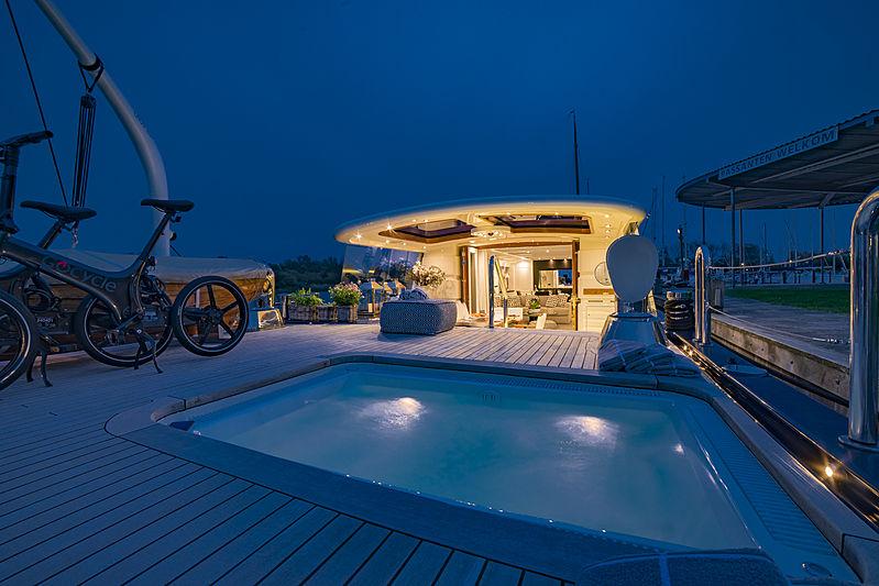 Savvy aft deck pool
