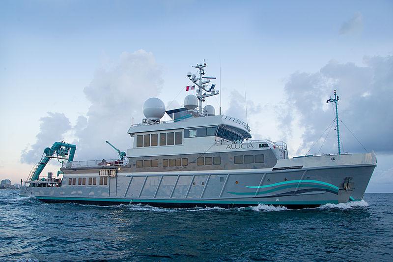 Alucia yacht cruising in Miami