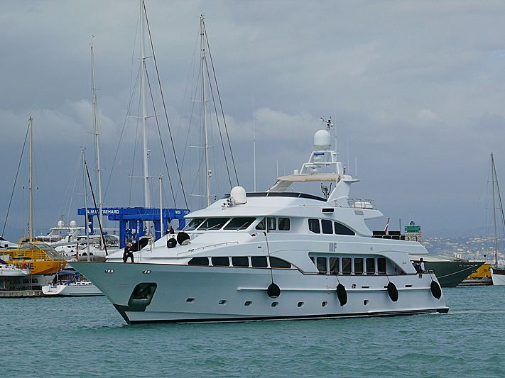 If yacht arriving in Antibes