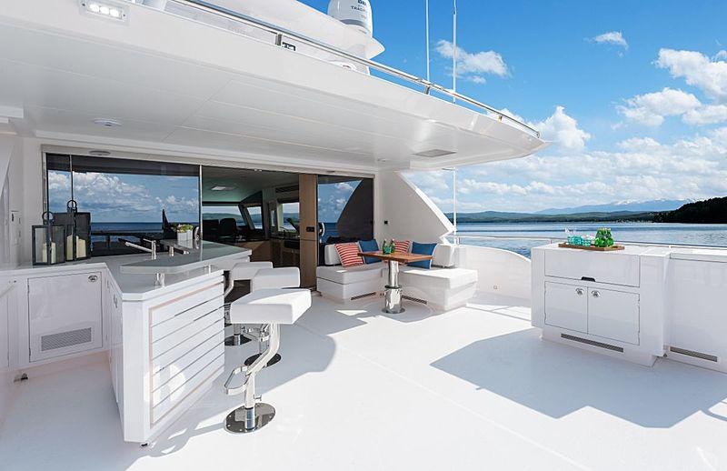 Horizon FD87/03 yacht upper aft deck