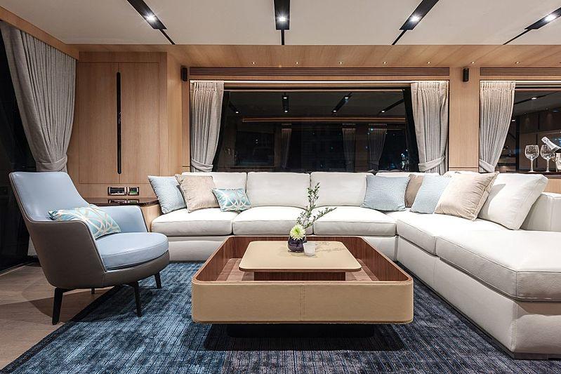 Horizon FD87/03 yacht saloon