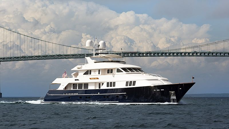 Burger yacht Bella Una cruising