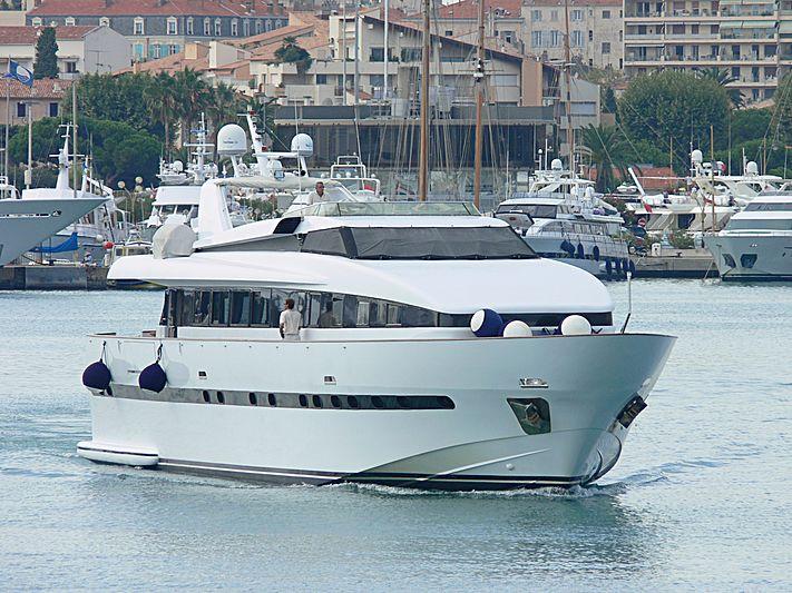 Pas Encore yacht leaving Antibes