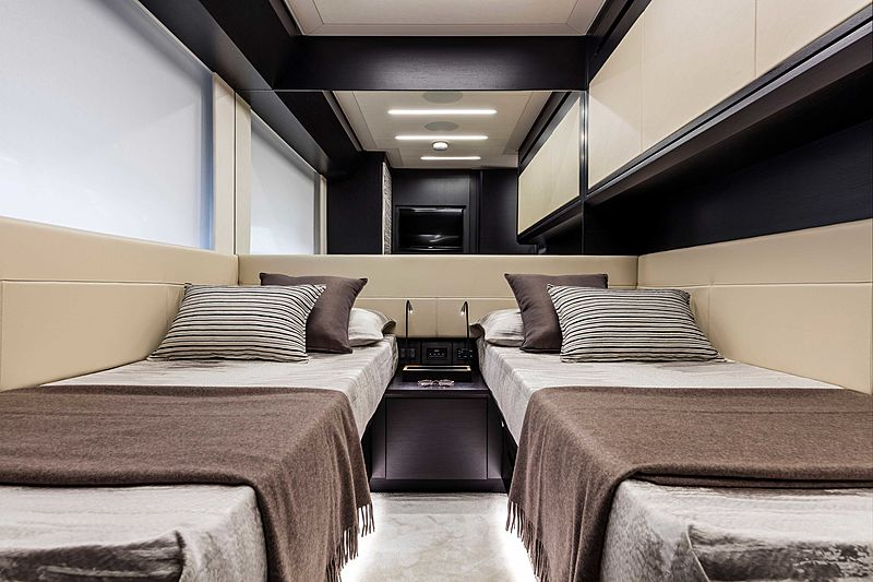 Pershing 8X yacht twins cabin