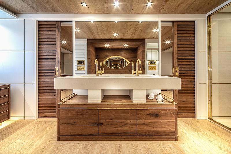 Mimi La sardine yacht master's bathroom