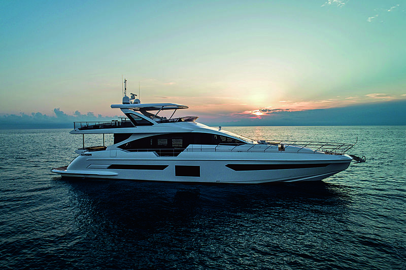 Azimut Grande 25 Metri yacht anchored