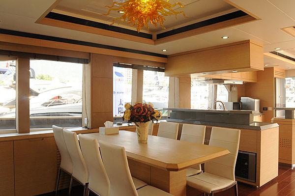 Lie Hu Zuo Hao yacht dining area