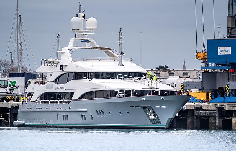 yacht in Rubis Channel Islands