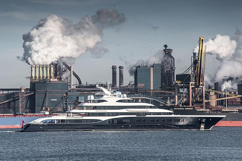 Motor yacht Symphony arriving in IJmuiden